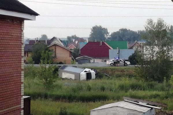 Грузовая «Газель» упала на бок в кювет напротив посёлка Приобский на Колыванском шоссе при движении в сторону города