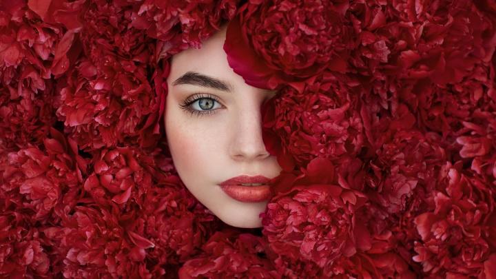 Фото сибирячки в красных пионах заняло призовое место в популярном европейском конкурсе