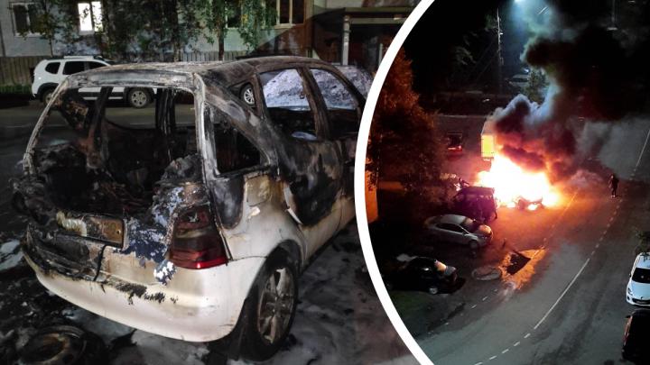 «Горела, будто бумажная»: ночью в Архангельске огонь охватил Mercedes