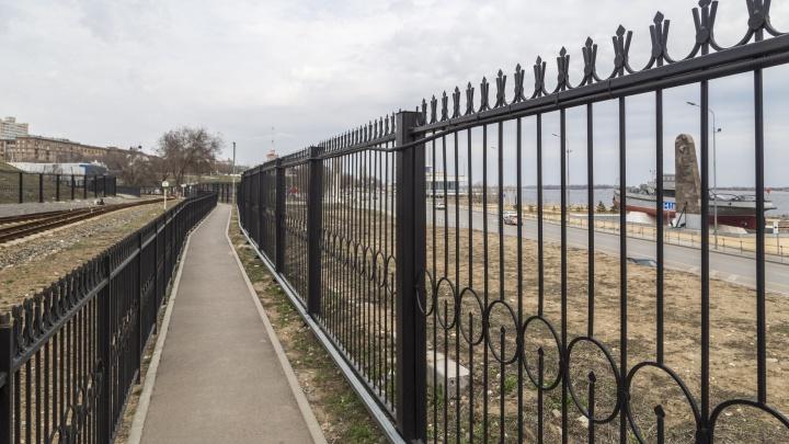 «Урбанисту поплохеет от такого несовершенства»: новые парки Волгограда обнесли заборами