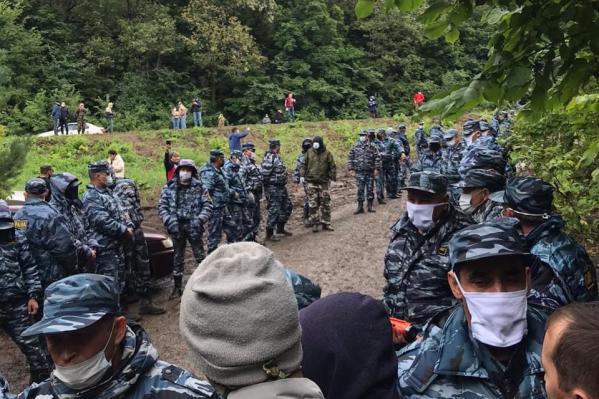 Сотни чоповцев собрались у входа в лагерь