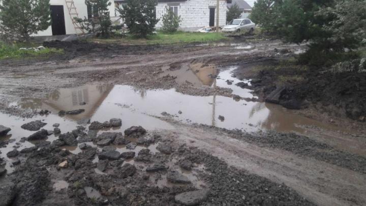 В посёлке на гостевом маршруте Челябинска, где в грязи застряли машины скорой, отремонтируют дорогу