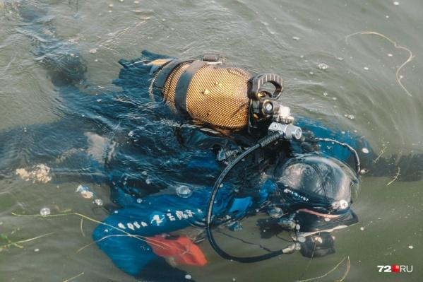 Изначально ребенка искали на суше, а после спасатели приступили к поискам на воде