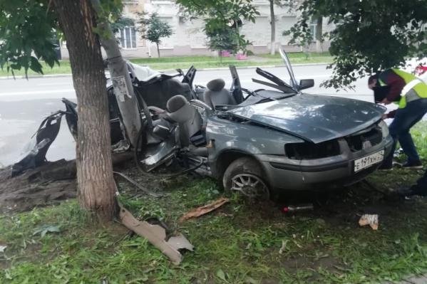 На улице Свободы в Ярославле машина врезалась в столб