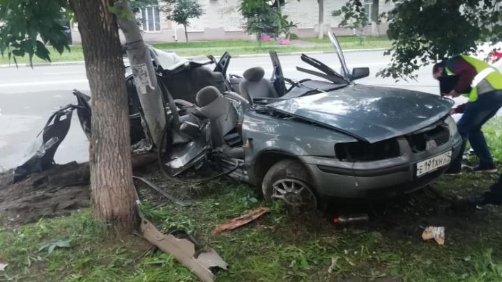 Автомобиль намотало на столб: жуткое ДТП на улице Свободы в Ярославле. Фото, видео