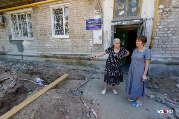 Жильцы дома охотно делятся с журналистами последними сводками с коммунального фронта