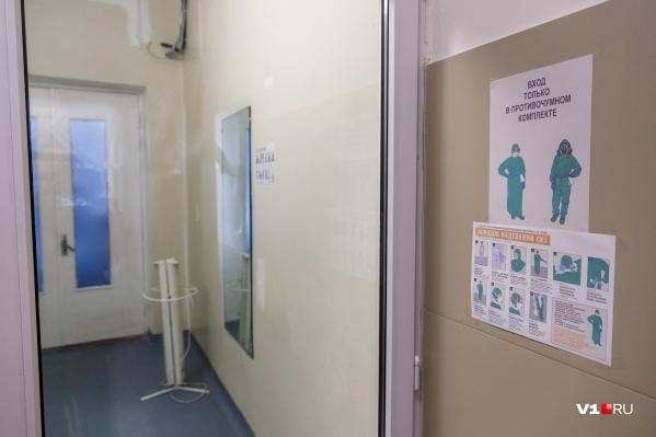 Десять человек с пневмонией подключены к аппарату ИВЛ