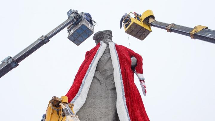 Памятник «Сказ об Урале» на привокзальной площади вновь превратился в Деда Мороза