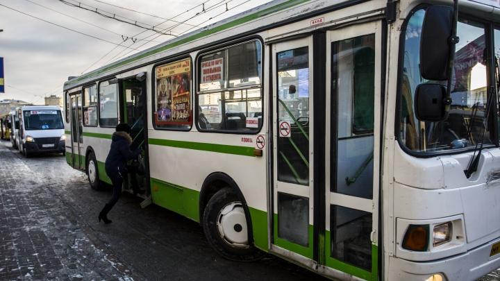 Будут дальше стоять на остановках: мэрия не решила, какие автобусы нужно перевести на муниципальный контракт