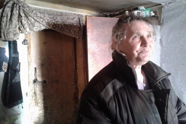 Максим Плотников ищет тех, кому нужна помощь одеждой или продуктами, и вместе с другими волонтерами помогает нуждающимся семьям — на фото одна из женщин, которым они уже помогли