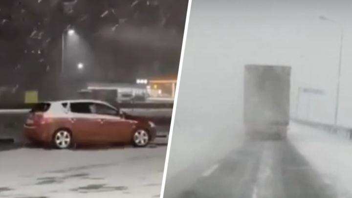 На севере Ростовской области замело снегом трассу М-4 — видео