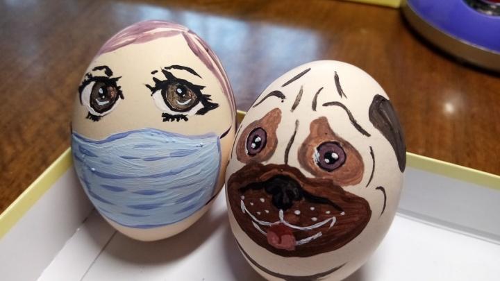 Яйца тоже в масках: пермяки показывают, как на самоизоляции встречают Пасху. Фотоподборка