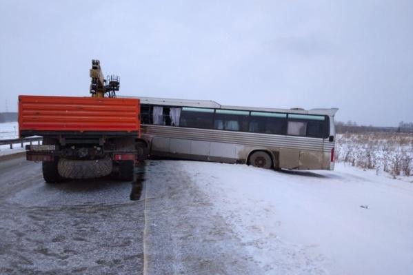 Автобус KIA выехал на встречную полосу в 10:40