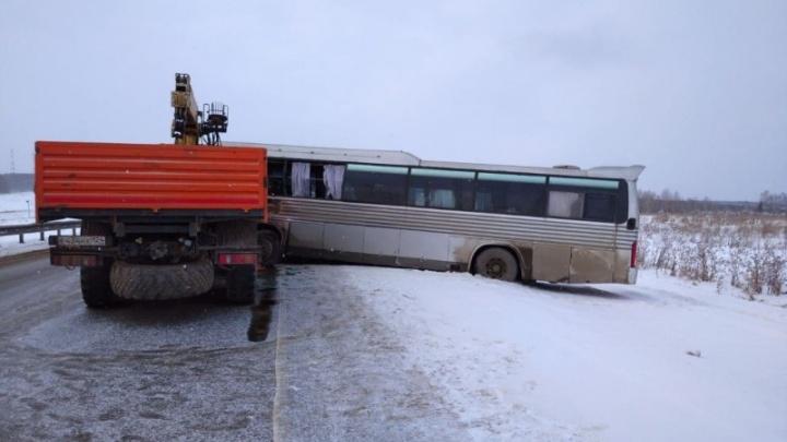 Автобус столкнулся с КАМАЗом под Уяром: есть пострадавшие