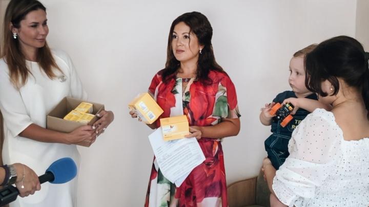 Челябинская семья с ребёнком-диабетиком бесплатно получила глюкометр, работающий без забора крови