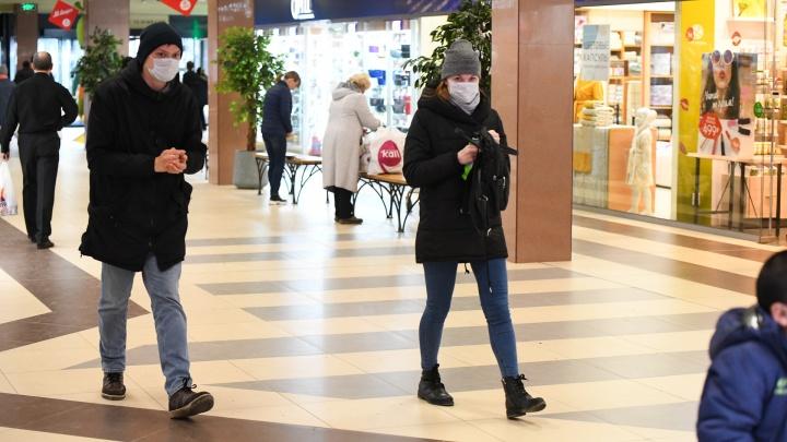 «Масочный режим никто не отменял»: свердловский эпидемиолог — о том, почему растет число заразившихся