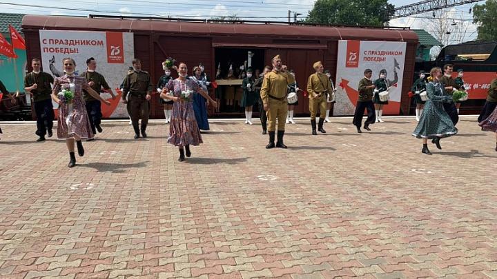 В Кемерово воссоздали встречу солдат с войны