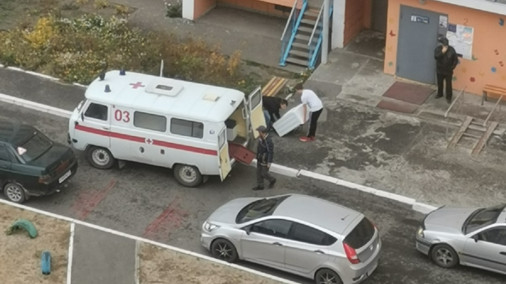 «Может, в больницу переезжает?»: курганцев удивила машина скорой помощи, в которую грузили мебель