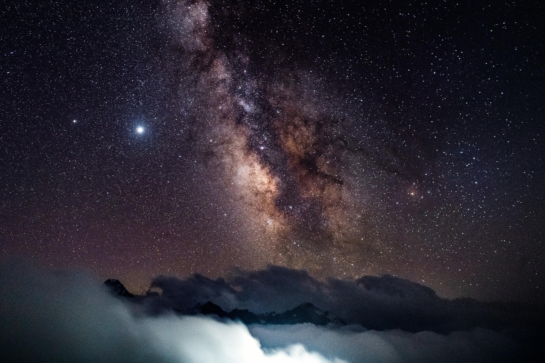 — Выходишь из вагончика и обалдеваешь, потому что все звёзды, Млечный путь, все Медведицы — всё это можно наблюдать воочию, — поделился он своими впечатлениями от ночёвки на высоте более 3 тысяч метров над уровнем моря