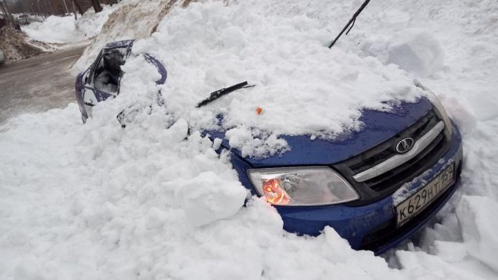 В Березниках упавший с крыши снег раздавил машину такси