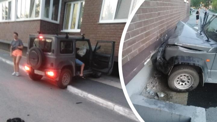 На Лесобазе автомобилистка врезалась в стену многоэтажки
