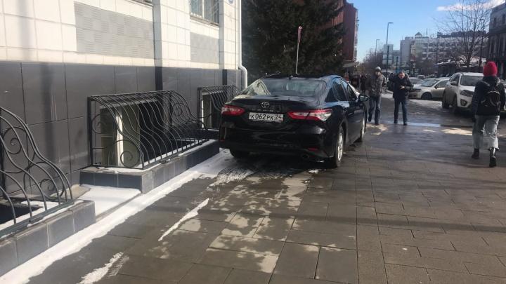Инспекторы оштрафовали водителя служебной «Камри» за парковку на тротуаре