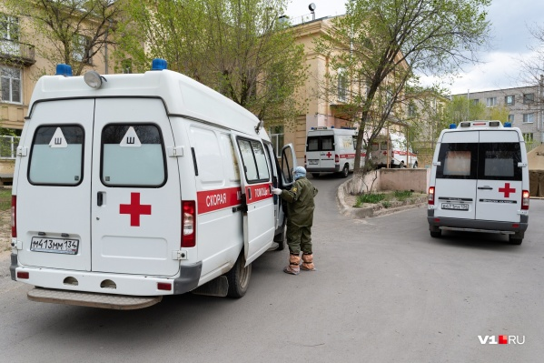 Уже полтора месяца волгоградцы работают на скорой помощи для заболевших коронавирусной инфекцией
