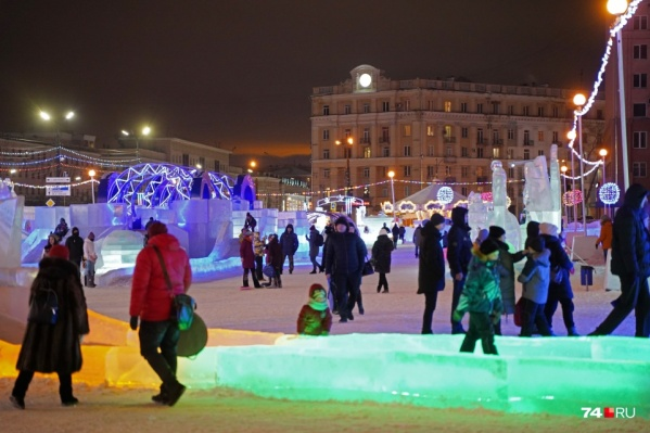 В этом году в новогоднем городке не будет массовых мероприятий. Здесь можно только погулять и покататься с горок