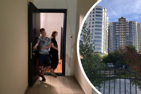Многоэтажка, в которой расположена конфликтная квартира, находится недалеко от ТРЦ «Аура» и относится к классу элитной недвижимости