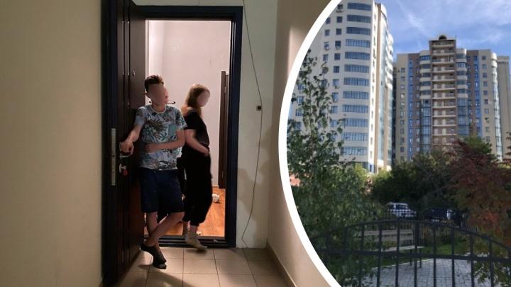 Жители элитной многоэтажки полтора года враждуют из-за шумной квартиры — недавно полиция увела из неё подростков