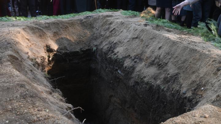 Мэрию Екатеринбурга обязали продавать участки на кладбищах с раскопанными могилами