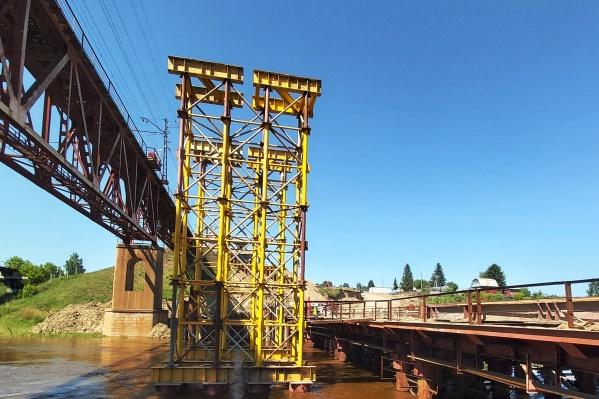 Рядом с местом строительства возвели специальный мост