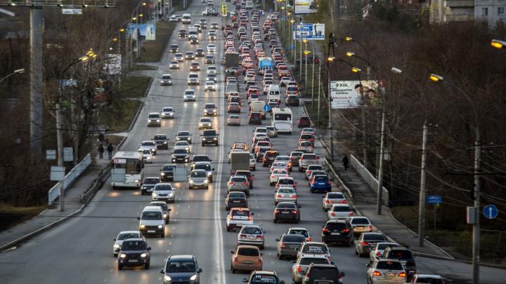 Водители встали в пробку на левом берегу — на дорогах несколько аварий