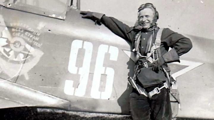 Фронтовой инстаграм: бравый летчик со своим самолетом — после вылета на корпусе насчитали 10 пробоин
