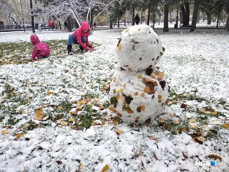 Дети уже слепили снеговичка!