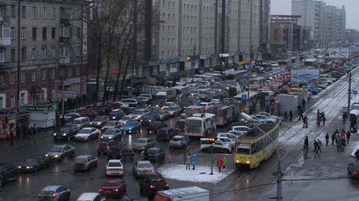 Новосибирск сковали гигантские 8-балльные пробки: смотрим, где сейчас лучше не ехать