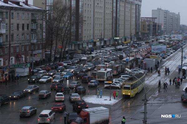 Вечером в Новосибирске возникла напряженная дорожная обстановка