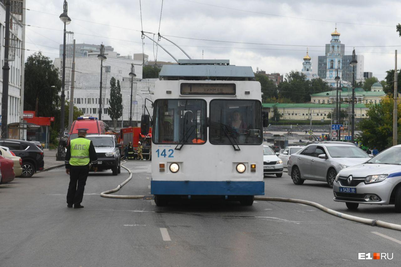 Общественный транспорт ездит, несмотря на частичное перекрытие улицы Свердлова