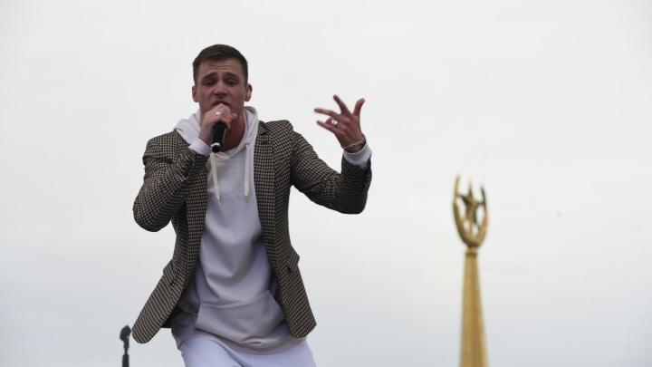 Олег Майами спел на крыше «Пассажа»: транслируем День города в прямом эфире