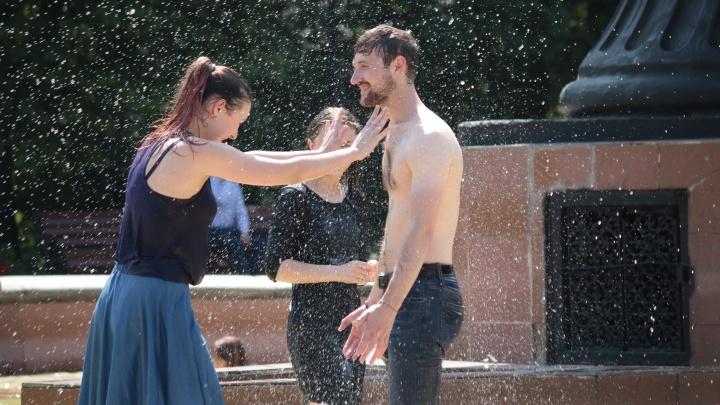 Спасают мороженое и фонтаны: как жители Екатеринбурга справляются с аномальной жарой