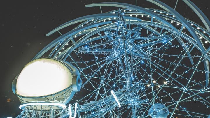 Звезды, космонавты и зимний фонтан: как украсили разные районы Перми. Фоторепортаж