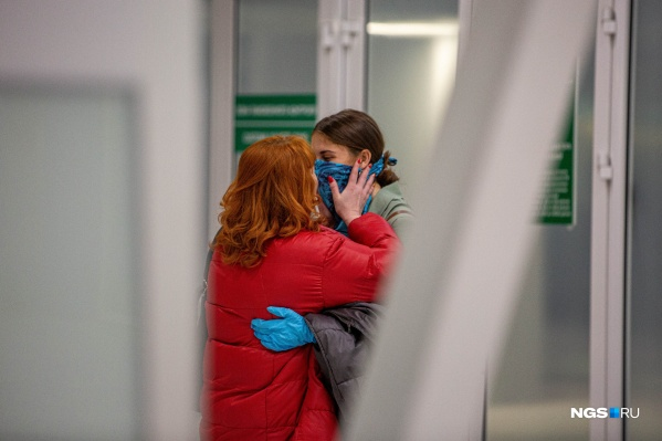 Родные не могли сдержать эмоций, встречая своих близких. Этой встречи они ждали очень долго