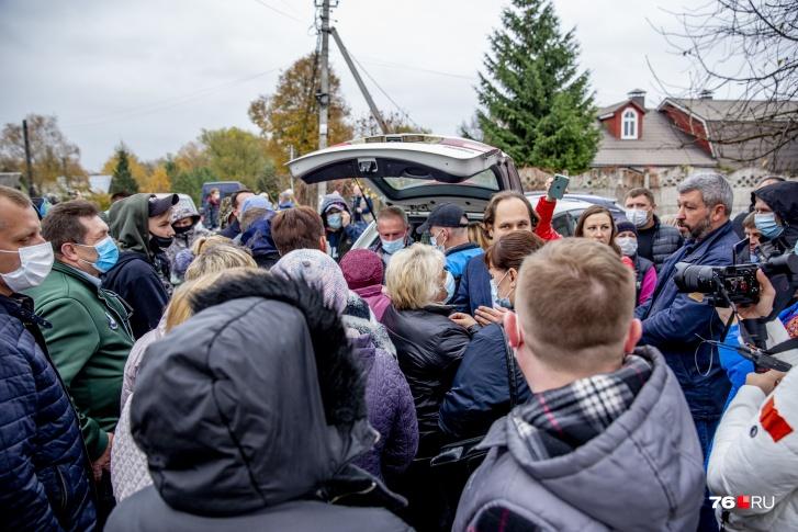 Начинались первые публичные слушания прямо у озера