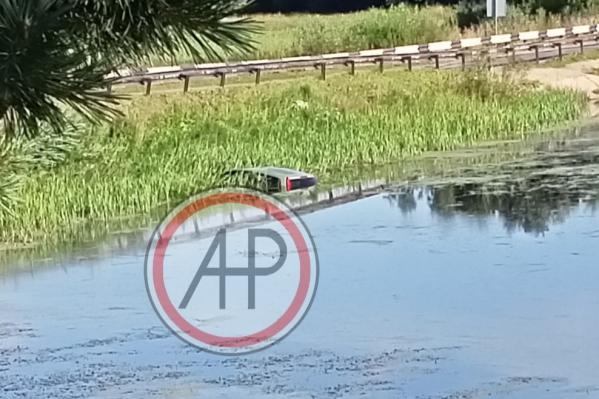 Машина ушла под воду наполовину