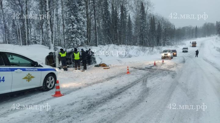 В Кузбассе перевернулся служебный автобус: три человека увезли в больницу