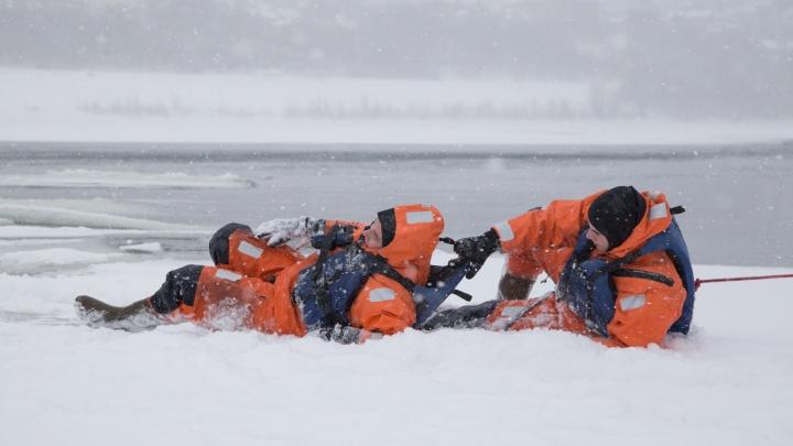 В Башкирии двое мужчин застряли на льдине и попросили спасателей не мешать им рыбачить