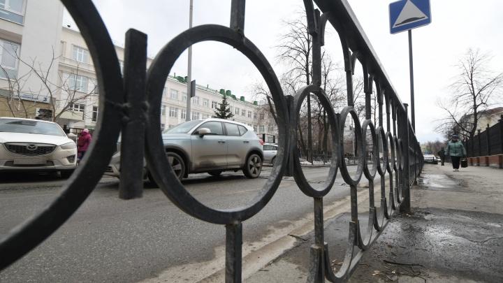 Мэрия Екатеринбурга уберет бесполезные заборы с дорог, но когда-нибудь потом
