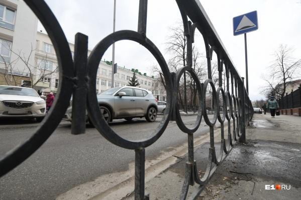 Заборы вдоль дорог часто оказываются бесполезными
