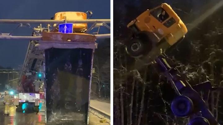 Появилось видео спасения водителя грузовика, который встал на дыбы на Волжском шоссе