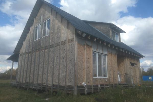 Мама с дочкой продали городскую квартиру, чтобы переехать в коттедж, а в итоге уже два года живут в недостроенном здании без электричества